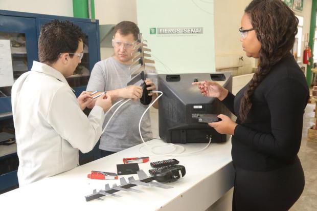 Qualificação abre portas para trabalhadores aprenderem a instalar as novas antenas UHF Dudu Leal/Divulgação