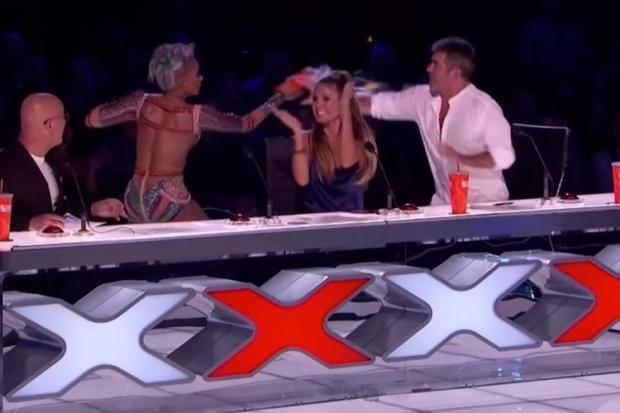 Melanie B joga água em jurado e abandona palco de reality show após piada YouTube / Reprodução/Reprodução