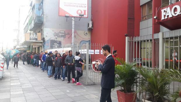 Mutirão em Porto Alegre cadastra currículos para 3 mil empregos e temporários de Natal Divulgação AST/