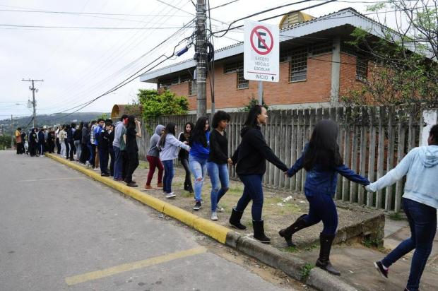 """Escola municipal Vila Monte Cristo faz """"abraço"""" pedindo segurança Ronaldo Bernardi/Agencia RBS"""