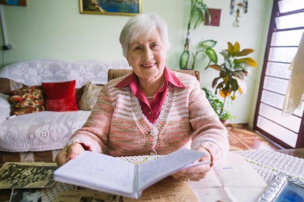 Aos 76 anos, imigrante polonesa escreve livro à mão com memórias da família durante a Segunda Guerra Omar Freitas/Agencia RBS