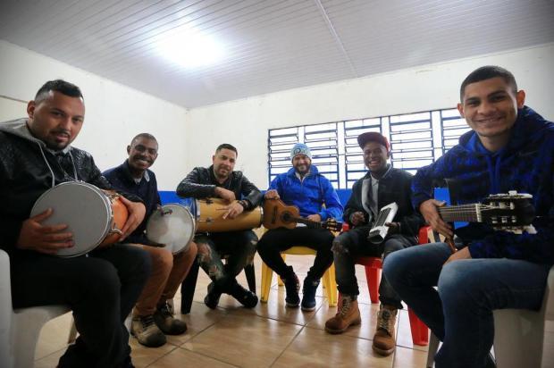 Conheça o Samba da Velha, que criou roda de samba que reúne centenas de pessoas na Restinga Anselmo Cunha/ESPECIAL