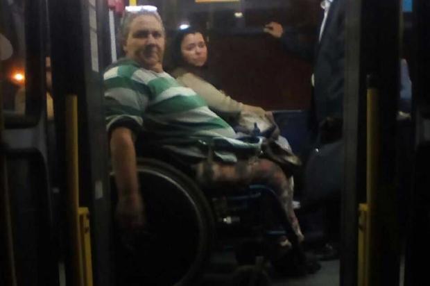 Cadeirante fica no corredor do ônibus por falta de lugar acessível Arquivo Pessoal / Leitor/DG/Leitor/DG