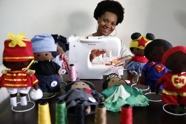 Batman, Mulher-Maravilha e Chaves negros: estudante confecciona bonecos de pano em prol da representatividade negra no universo infantil Carlos Macedo/Agencia RBS