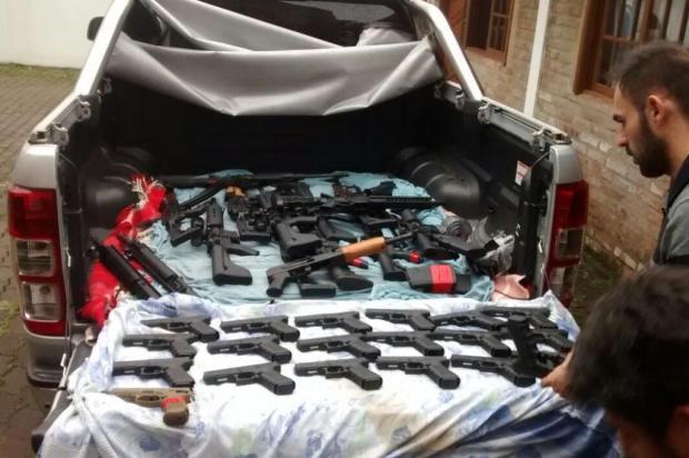 Polícia apreende 15 fuzis e mais de 20 pistolas em apartamento de estudante de Engenharia em Santa Cruz do Sul Polícia Civil/Divulgação