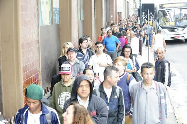 Candidatos enfrentam fila para conseguir vaga em mutirão de emprego Ronaldo Bernardi / Agência RBS/Agência RBS