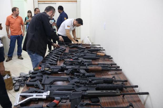 Fuzis e pistolas apreendidos em apartamento de universitário serão usados pela polícia Bruno Pedry/Gazeta do Sul
