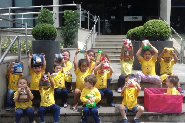 Crianças doam alimentos à campanha do Grupo RBS como forma de incentivar a solidariedade Arquivo Pessoal / Leitor/DG/Leitor/DG