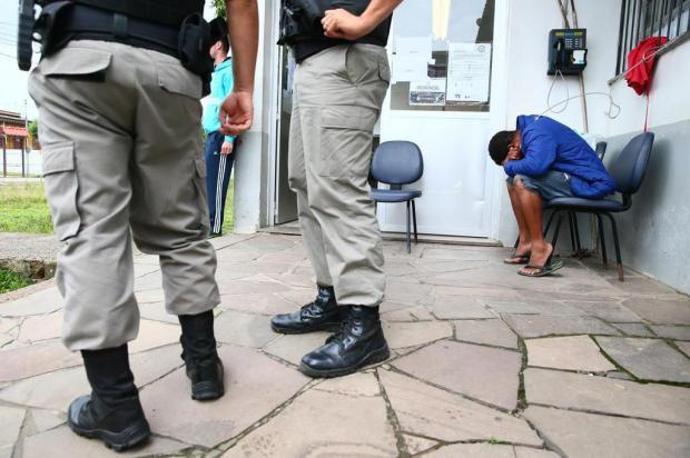 Preso é amarrado em cabo de aço por falta de vagas em delegacia em Alvorada Lauro Alves/Agencia RBS