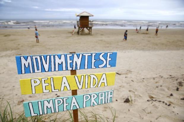 Moradores espalham placas de conscientização e fazem mutirões de limpeza em Atlântida Sul Isadora Neumann/Agencia RBS