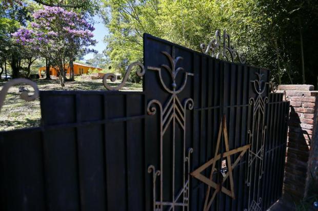Templo que teria sido usado para ritual satânico com crianças tem pentagrama no portão e fica em local afastado Félix Zucco/Agencia RBS