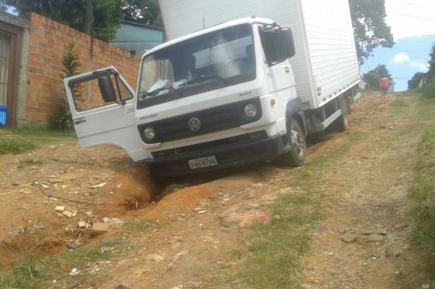 Prefeitura de Alvorada não cumpre promessa de patrolar via e caminhão cai em buraco no local Arquivo Pessoal / Leitor/DG/Leitor/DG