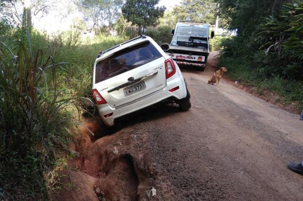 Carro é engolido por buraco em estrada na zona sul da Capital Arquivo Pessoal / Leitor/DG/Leitor/DG