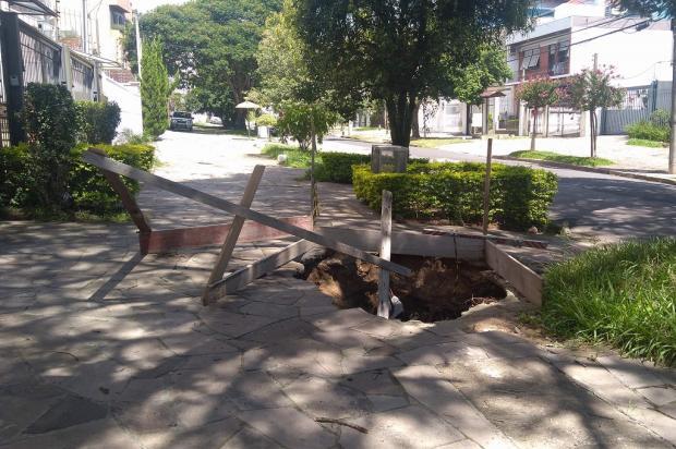 Calçada está com cratera aberta há cinco meses em bairro de Porto Alegre Arquivo Pessoal / Leitor/DG/Leitor/DG