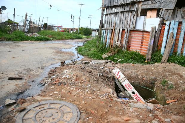 Moradores reclamam de esgoto a céu aberto há três meses na Restinga, em Porto Alegre Lauro Alves / Agência RBS/Agência RBS