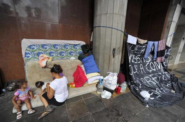 Em frente à prefeitura de Porto Alegre, 27 famílias instalam barracas e pedem moradia Ronaldo Bernardi/Agência RBS