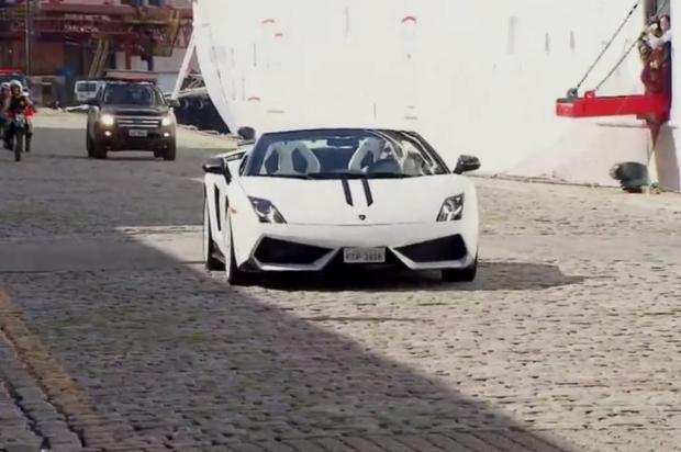Roberto Carlos chega de Lamborghini para cruzeiro em Santos Reprodução/TV Tribuna