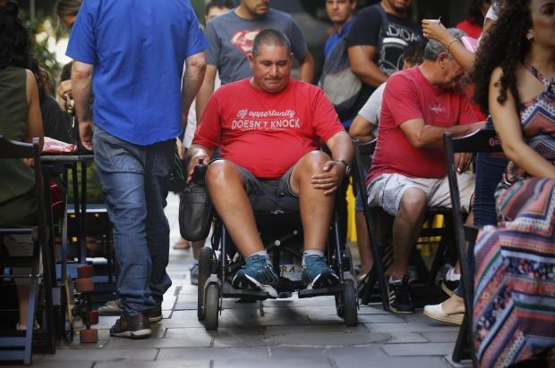 Mesas na calçada atrapalham locomoção de cadeirantes na Rua dos Andradas, em Porto Alegre Anselmo Cunha / Agência RBS/Agência RBS