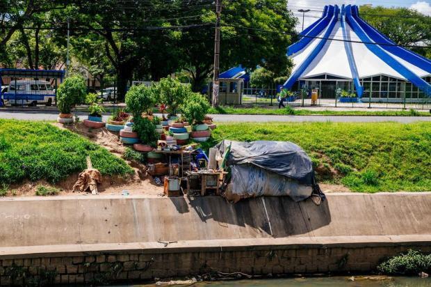 À beira do Arroio Dilúvio, aumenta o número de casas de moradores de rua Omar Freitas/Agencia RBS