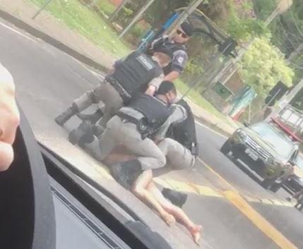 BM usa cassetete e bala de borracha para conter homem nu que atrapalhava trânsito Reprodução/Reprodução