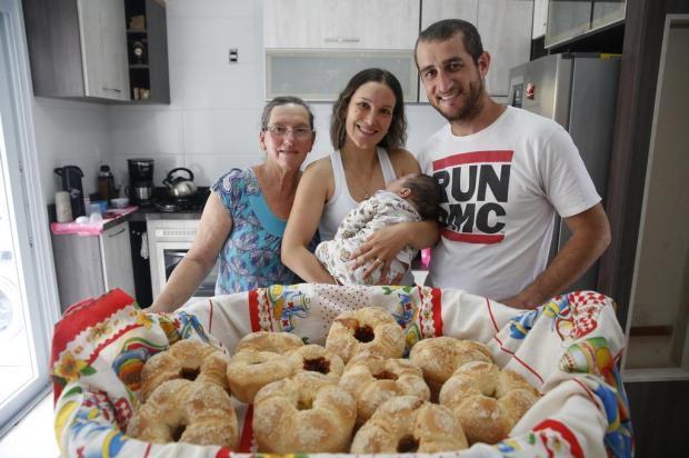 Casal de PMs produz cucas para comprar cadeira especial para o filho de sete meses Anselmo Cunha/Especial