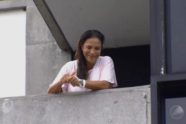 """Após dar à luz, Ivete Sangalo conversa com jornalistas na varanda do hospital: """"As meninas são lindas"""" TV Bahia/Reprodução"""