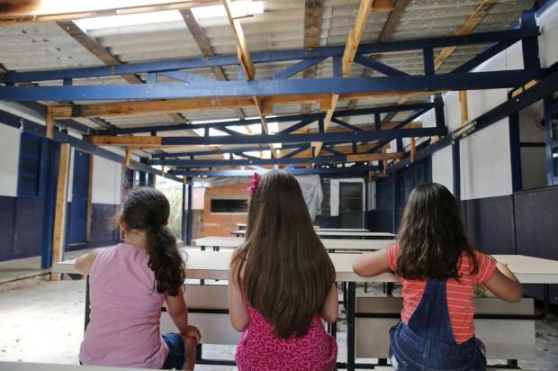 Cupins, assoalho esburacado e forro que ameaça despencar: este é o cenário que espera alunos em escola de Canoas Robinson Estrásulas/Agencia RBS
