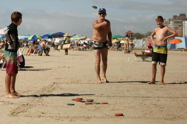Conheça o tejo, a bocha colombiana que se joga nas praias gaúchas Carlos Macedo/Agencia RBS