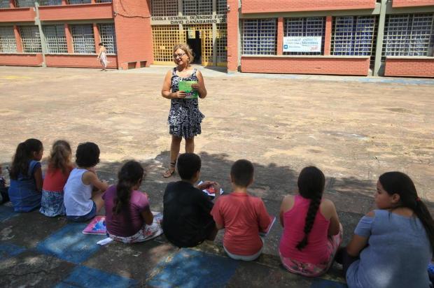 Sem energia elétrica, alunos reclamam do calor e professores usam o pátio para dar aula em escola da Capital André Ávila/Agencia RBS