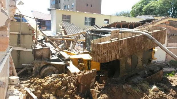 Escavadeira tomba, destrói duas casas e fere mulher em Porto Alegre Arquivo Pessoal / Arquivo Pessoal/Arquivo Pessoal