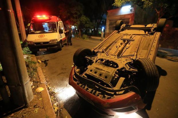 FOTO: carro capota e motorista fica ferida em Porto Alegre André Ávila/Agencia RBS
