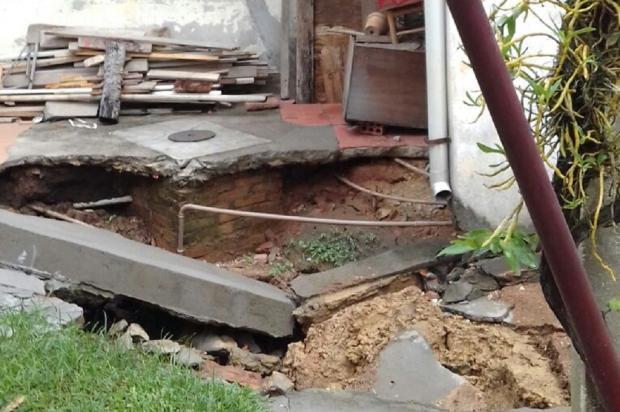 Chuva abre buraco em pátio de casa no bairro Vila Jardim, em Porto Alegre Arquivo Pessoal / Leitor/DG/Leitor/DG