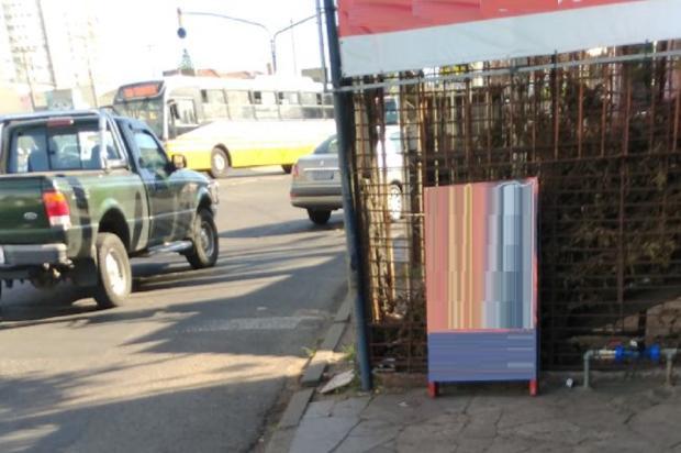 Espaço reduzido na calçada faz pedestres se arriscarem na zona norte de Porto Alegre Arquivo Pessoal / Leitor/DG/Leitor/DG