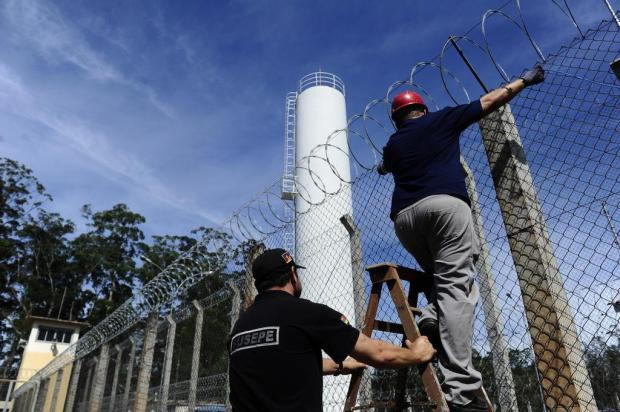 Empresa começa instalação de cabos das antenas para bloquear sinal de celulares em penitenciária Ronaldo Bernardi/Agencia RBS