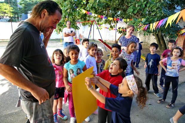 Com festa da criançada, escola reinaugura pracinha reformada por voluntário Fernando Gomes/Agencia RBS
