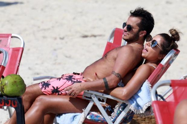 """FOTOS: na TV com o reality """"Os Gretchens"""", Rainha do Rebolado curte praia com o filho Thammy e a nora Divulgação/AgNews"""