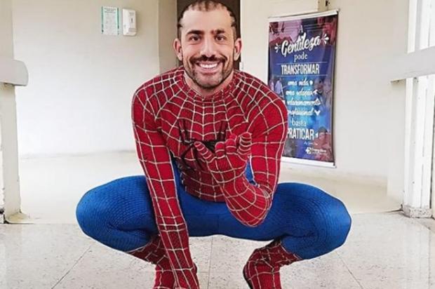 Vestido de Homem-Aranha, ex-BBB Kaysar visita crianças em hospital kaysar.dadour/Instagram,reprodução