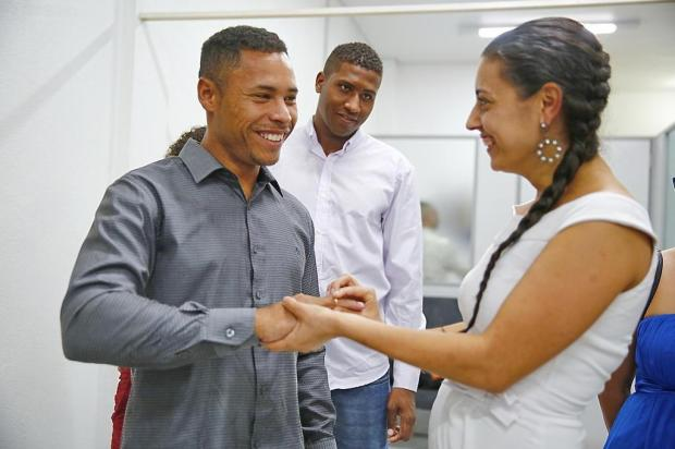 Casal que vendia trufas para conseguir se casar sela união no civil, prepara festa e cerimônia religiosa Robinson Estrásulas/Agencia RBS