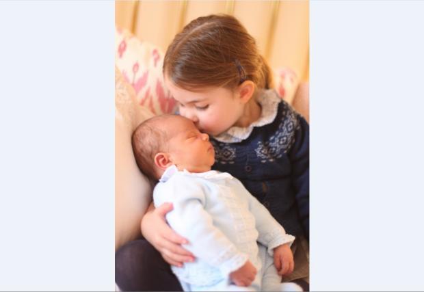 Família real britânica divulga fotos do pequeno príncipe Louis Kate Middleton / Palácio de Kensington/Palácio de Kensington