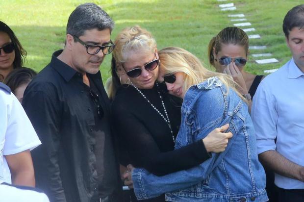 FOTOS: ao lado de Sasha e Junno, Xuxa se despede da mãe, Alda Meneghel Delson Silva/AgNews