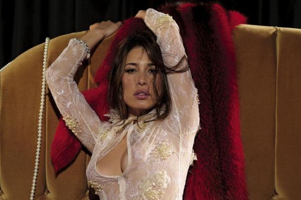 Giselle Itié se irrita com denúncias após postar fotos em que aparecia nua e rebate com montagem Divulgação/Revista VIP