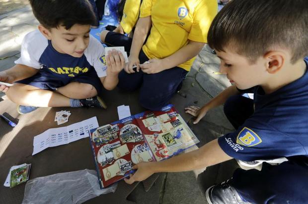 Álbum de figurinhas da Copa é atração no recreio das escolas e une pais e filhos Isadora Neumann/Agencia RBS