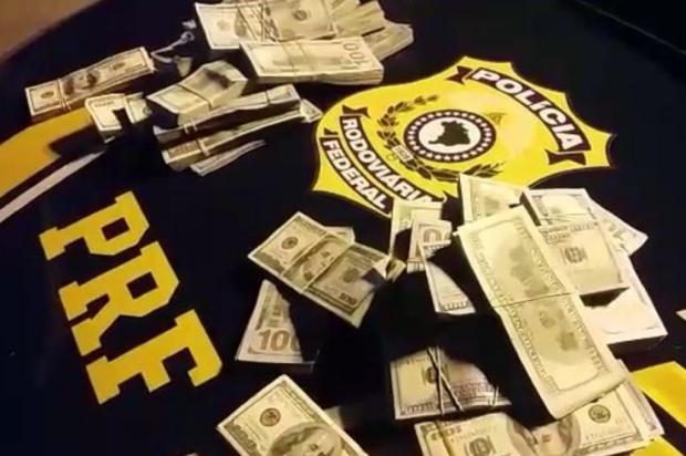 Dois homens são flagrados com U$ 400 mil na roupa em Santana do Livramento Polícia Rodoviária Federal/Divulgação