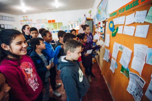 Alunos conhecem realidade de escolas de outras regiões do país através da troca de cartas Omar Freitas/Agencia RBS