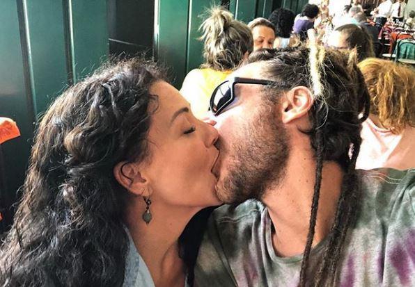 """Emílio Dantas e Fabiula Nascimento dão beijo """"proibido"""" nos bastidores de """"Segundo Sol"""" /"""