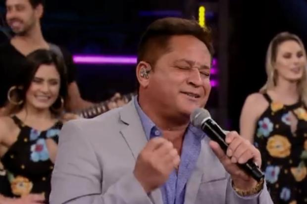 """""""Me desculpa, Roberto Carlos"""", diz Leonardo após revelar não saber cantar música do Rei no Domingão do Faustão Reprodução / Globo/Globo"""