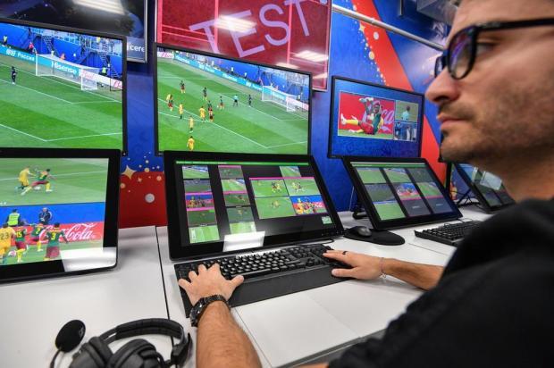 """Cacalo: """"O sistema do árbitro de vídeo ainda precisa de uma série de correções de rumo"""" Mladen ANTONOV/AFP"""