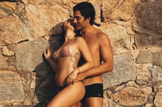 Aos quatro meses de gravidez, Isis Valverde exibe a barriguinha ao lado do marido Instagram/Reprodução