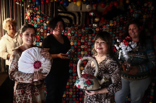 Grupo de mulheres do Morro da Cruz complementa a renda com artesanato feito de materiais reciclados Carlos Macedo/Agencia RBS