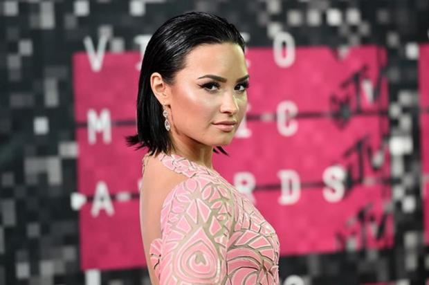 """Demi Lovato está """"acordada e ao lado da família"""", diz porta-voz da cantora AFP/AFP"""